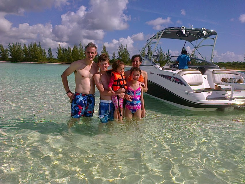 Familia en bote deportivo